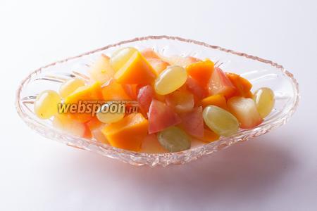 Готово. Виноградинки — как драгоценные камни, правда? А тыква так пропиталась яблочно-лимонным соком, что она уже не воспринимается, как тыква.