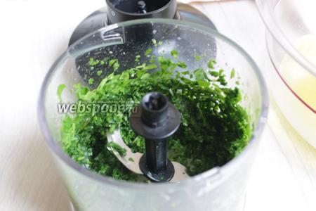 Зелень петрушки пробьём блендером.