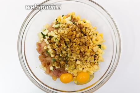 Куриное филе, сыр, качабок режем одинаковыми кубиками. Солим, перчим, добавим соевый соус, мускатный орех, кориандр, паприку.
