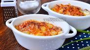 Фото рецепта Запечённое куриное мясо в горшочках с помидорами и ананасами