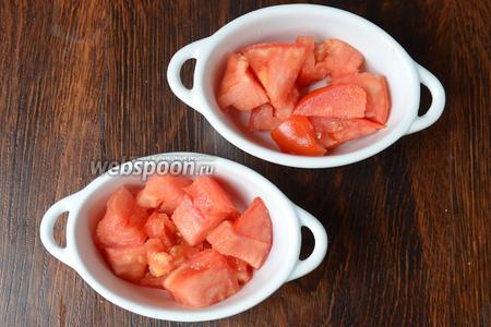 Раскладываем нарезанный помидор по горшочкам. Подсаливаем немного.