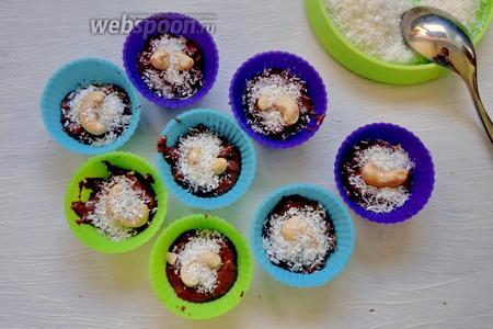 Конфетки украшаем по желанию кокосовой стружкой.