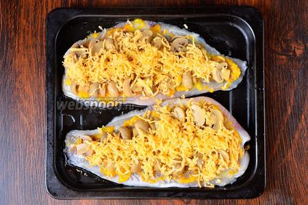 Сыр натираем на мелкой тёрке и посыпаем им рыбу.