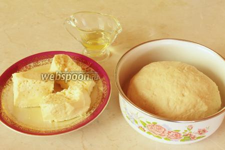 Для лепёшки нужно взять подошедшее дрожжевое тесто, нежирный сыр и масло, чтобы смазывать стол.