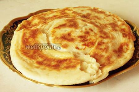 Готовую лепёшку перекладываем на широкую тарелку. Можно при желании смазать её сливочным маслом. Есть её рекомендую горячей, свежей, остывшая лепёшка совсем уже не то, просто хлеб.)) Подаём со сладким чаем!