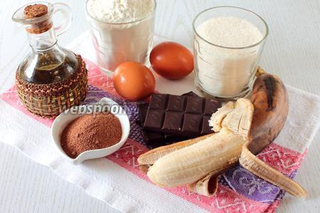 Для приготовления пирога нам понадобятся: яйца куриные, сахар, какао, масло растительное, молоко, разрыхлитель, горький шоколад, мука пшеничная, банан и сахарная пудра для украшения.