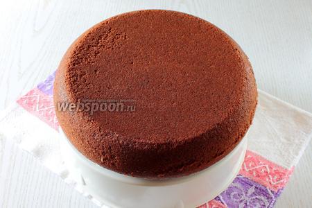 Достаньте пирог при помощи поддона для варки на пару. Дайте ему немного остыть.