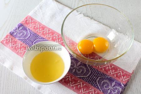 2 яйца разделите на желтки и белки.