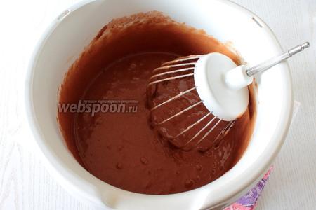 Вмешайте в тесто сухую смесь из муки, какао и разрыхлителя.