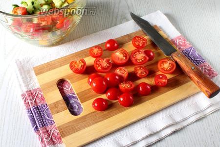 Помидоры разрежьте на половинки и сложите в салатник.