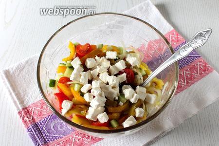 Поперчите по вкусу и добавьте брынзу, порезанную кубиками или натёртую на тёрке. Перемешайте, при подаче добавьте зелени. Наш салат по-шопски готов. Приятного аппетита!