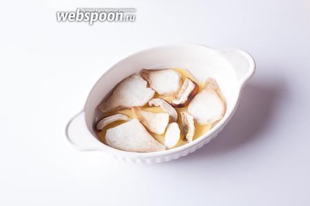 Поверх картошки выкладываем слой грибов.