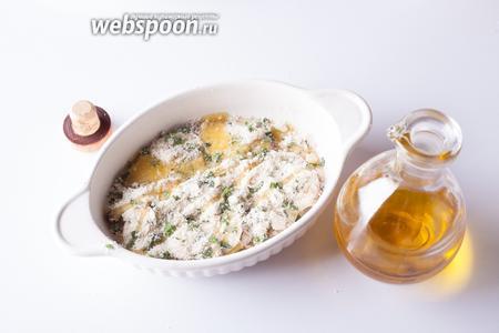 Картошку и грибы посыпаем слоем сырно-сухарно-петрушечной смеси. Если она была не солёной — то солим. И поливаем оливковым маслом.