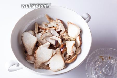 Моем грибы и режем их на пластинки толщиной миллиметров 5. Поливаем лимонным соком. Это, пожалуй, самое характерное отличие от аналогичного русского блюда, придающее итальянскому варианту очень характерный вкусовой оттенок.