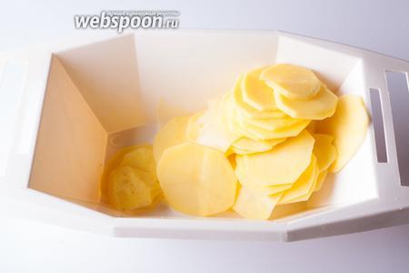 Режем картошку пластинками толщиной 3-5 мм. Когда картошка нарезана — ставим духовку на разогрев на температуру 180°С.