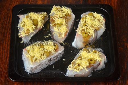 Посыпаем рыбу сыром, но не слишком обильно.
