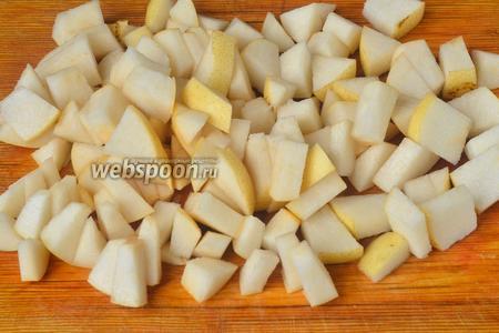 Внешне китайские груши чем-то напоминают яблоки, но вкус у них совсем другой. Нарезаем груши тонкими кубиками.