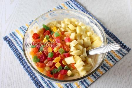 Яблоко очистите от кожуры и семян, измельчите. Добавьте в тесто яблоко и цукаты, перемешайте. По желанию можно добавить в тесто ещё изюм.