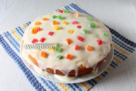 Дайте пирогу остыть. Для крема взбейте сметану с сахаром. Посыпьте по желанию цукатами. Наш пирог готов. Приятного чаепития!