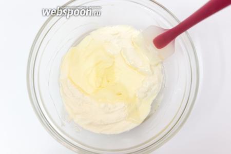 Приготовим тесто. Смешиваем творог (у меня мягкий обезжиренный) с яйцами, солью и сахаром. Добавим подсолнечное масло. Хорошо перемешаем.