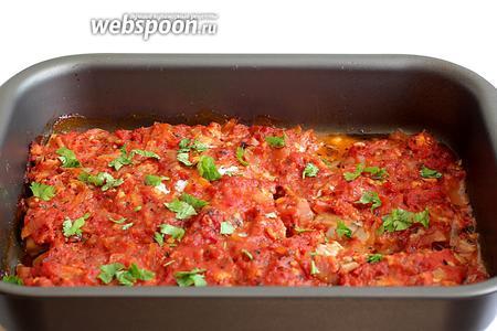 Готовое блюдо посыпать свежей кинзой или петрушкой. Подавать с поджаренным хлебом.