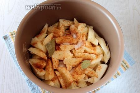 В чашу добавьте порезанный картофель, лавровый лист, соль и приправу.