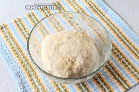 Добавляя частями муку, замесите не липнущее к рукам тесто. Тесто заверните в плёнку и уберите на 20 минут в холодильник.