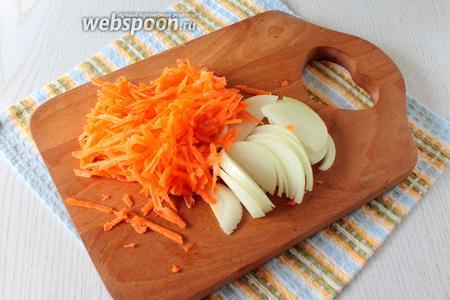 Морковь натрите на средней тёрке, лук нарежьте полукольцами.