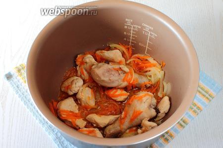 Бедро курицы разрежьте по суставу, филе нарежьте крупными кусочками. Налейте 2 столовые ложки масла в чашу мультиварки, установите режим «Жарка» — время приготовления 10 минут и обжарьте курицу в течение 5 минут. Затем добавьте морковь и лук, продолжайте готовить в этом режиме.
