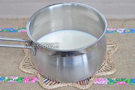 Молоко влить в кастрюльку и поставить на огонь.