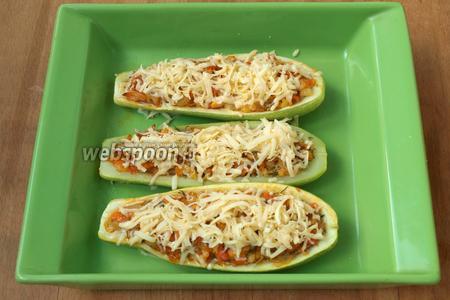 Затем посыпать лодочки сверху сыром и запекать 5-7 минут пока сыр расплавится.