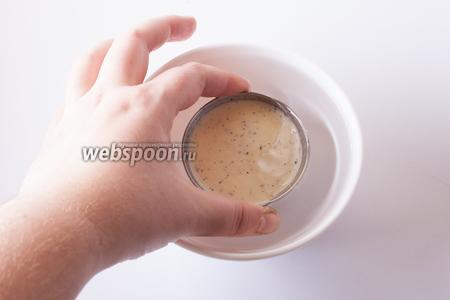 Перед сервировкой помещаем формочки с панна коттой на 4-6 секунд в миску с горячей водой (температура «рука едва терпит») почти полностью.