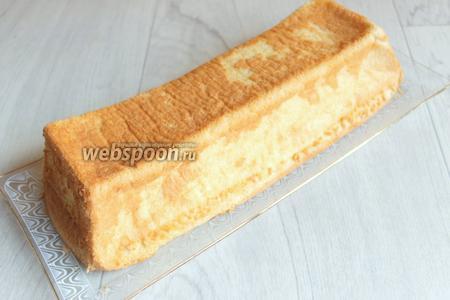 Когда бисквит остынет перевернём его и освободим от формы.
