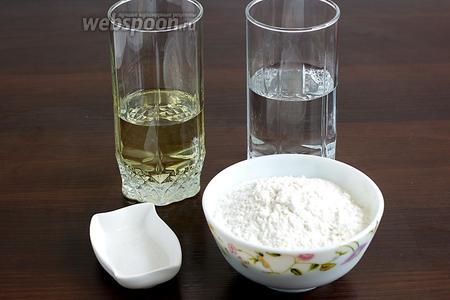 Для теста возьмём воду обычную, чуть больше половины стакана, масло растительное — меньше половины стакана, соль, уксус рисовый, муку.