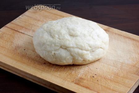 Тесто получается жирноватым, слоистым и мягким. Оно совсем не липнет к рукам. Накрыть его и дать полежать в холодильнике до тех пор, пока будет готовиться начинка.