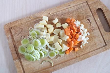 Нарежьте порей тонкими колечками, морковь небольшими кубиками, картофель-средними, чтобы помещались в ложке. Чеснок — не слишком мелко порубите.