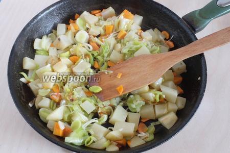 На разогретом масле быстро обжарьте овощи до золотистой корочки, картофель и морковь должны остаться сырыми внутри, а лук лишь слегка стать мягким. На этой уйдёт 1-2 минуты.