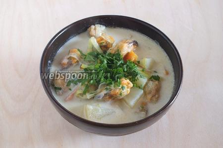 Готовый суп разлейте по тарелкам, щедро посыпьте нарезанной петрушкой и подайте к столу. Подавайте суп с хлебом, тостами, а ещё лучше с хрустящими луковыми крекерам — это очень вкусно! Приятного аппетита!