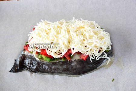 На мелкой тёрке натираем плавленый сыр, посыпаем сыром перец. Убираем рыбку в разогретую, до 180-200ºC духовку, на 20 минут.