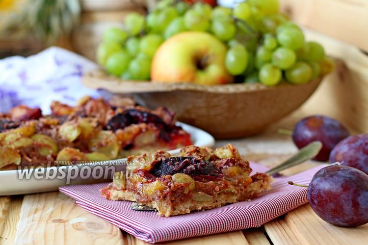Фото Открытый пирог со сливой и виноградом