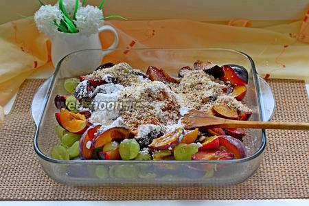 Добавить к фруктам сахарную пудру, кукурузный крахмал и молотый миндаль и перемешать.