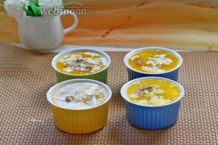 Залить растопленным сливочным маслом и убрать в холодильник не менее, чем на 1 час.