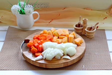 Лук, морковь и тыкву очистить и нарезать кубиком.