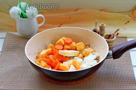 В том масле, в котором жарилась печень, жарим овощи, добавив к ним 20 г сливочного масла. Жарим минут 10-12 на среднем огне.
