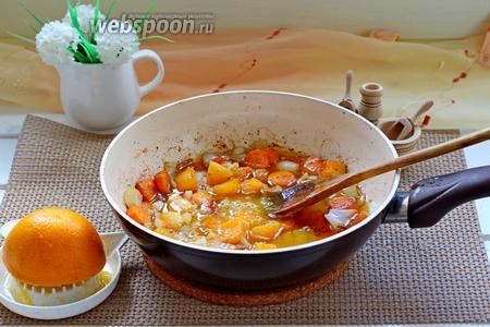 Добавить к обжаренным овощам печень, апельсиновый сок и проварить ещё всё вместе 2 минуты.