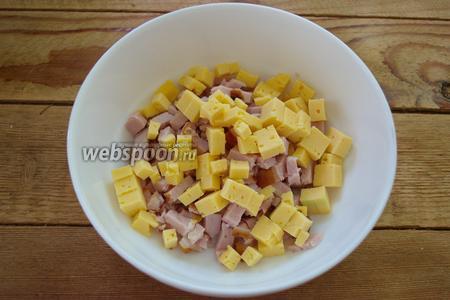 Твёрдый сыр нарезать на небольшие кубики. Добавить в салатник к мясу.
