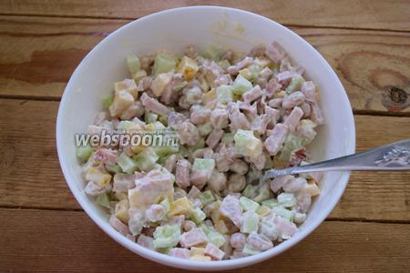 Салат заправьте майонезом. Соль я уже больше не добавляла, но вы можете присолить по вкусу. Добавьте молотый чёрный перец. Салат перемешайте и подайте к столу. Готовый салат украсьте веточками петрушки. При желании, петрушку можно измельчить и добавить в сам салат.