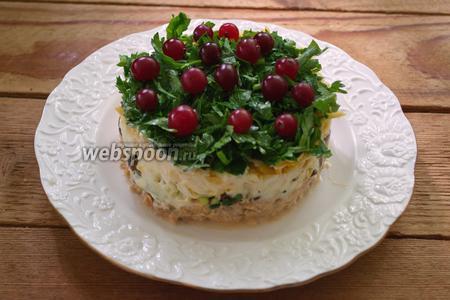 Украсьте салат большим количеством клюквы. Снимите сервировочное кольцо и подайте салат к столу. Готово.