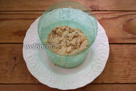 Салат будет слоёным. Укладывать его нужно столбиком, используя профессиональное или самодельное сервировочное кольцо. Можно салат выкладывать в глубокий салатник, тогда кольцо не понадобится. Итак, первым слоем выкладываем рыбу. Разровняйте слой.