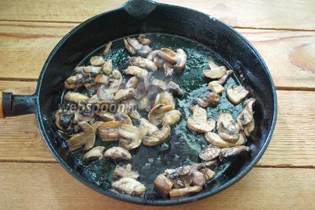 На разогретой сковороде обжарьте грибы. Я использую замороженные. Обжарьте грибы до готовности. Посолите и поперчите. Отставьте сковороду с огня.